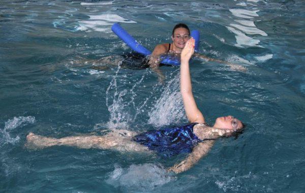 Плавание позволяет задействовать все мышцы спины и одновременно снимает нагрузку с позвоночника