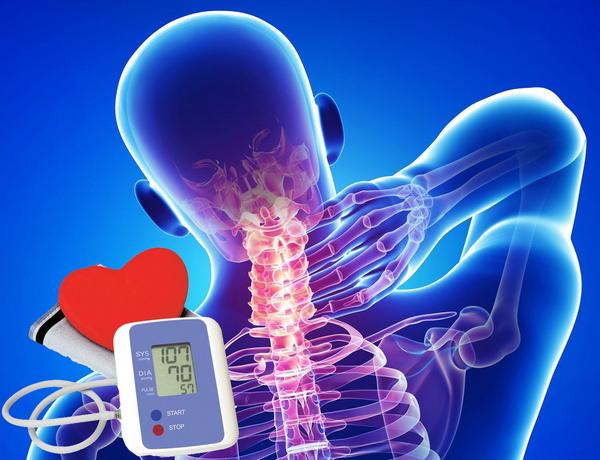 При остеохондрозе в шейном отделе может произойти сдавливание артерии, что влечет за собой ухудшенное кровообращение, а затем – изменение артериального давления