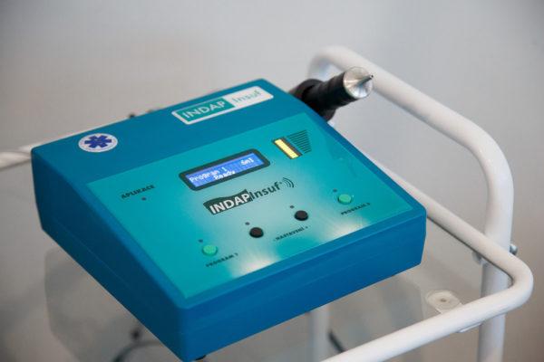 Процедуру карбокситерапии при остеохондрозе и других заболеваниях выполняет сертифицированный врач-физиотерапевт с помощью современного аппарата