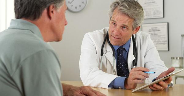 Чаще всего кисты позвоночника лечат консервативными методами, однако в некоторых случаях без хирургического вмешательства не обойтись