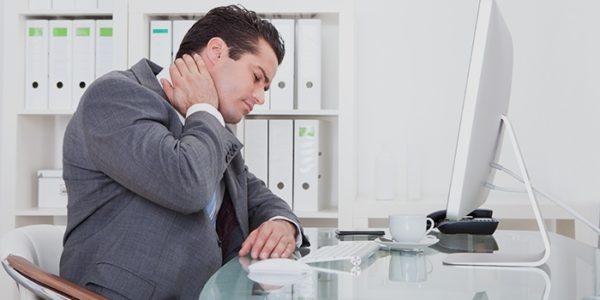 Работа в офисе часто является причиной проблем с позвоночником