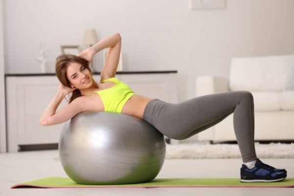 Упражнение удобнее выполнять, согнув ноги в коленях и упираясь в пол ступнями