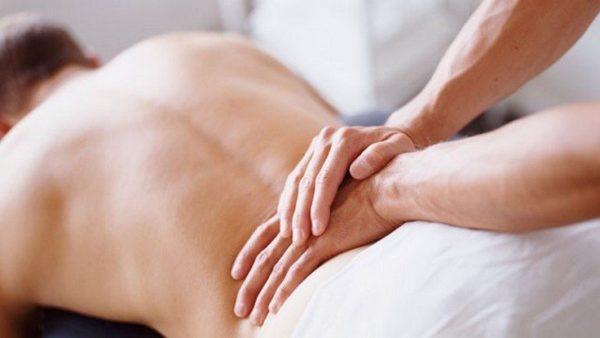 Во время массажа отдельное внимание нужно уделить поясничной зоне