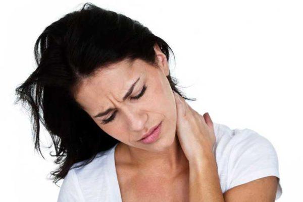 При кифозе часто возникают тянущие боли в шее