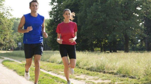 Для пробежек рекомендуется выбирать грунтовые дорожки, а не асфальтированные