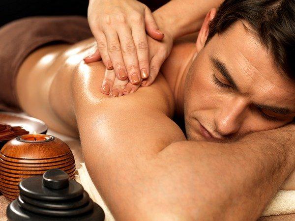 При расслабляющем массаже нужно легко касаться кожи, плавно проводя ладонями в разных направлениях