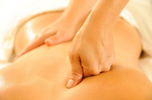 Массаж способствует расслаблению мышц и устранению болевых ощущений