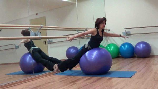 Упражнения на мяче помогают натренировать мышцы спины с меньшими усилиями