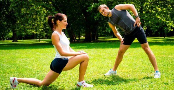 Перед пробежкой рекомендуется выполнить легкую разминку для разогрева мышц