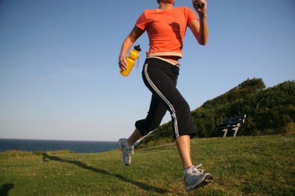 При грыже позвоночника бегать лучше всего по грунту или траве
