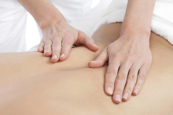 Лечебный массаж способствует уменьшению отложений и выведению солей из организма