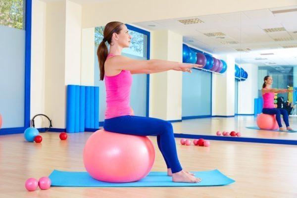 Во время упражнения важно сохранять равновесие и удерживать спину прямо