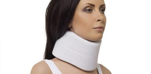Ортопедическая шина-воротник позволяет зафиксировать шею в правильном положении