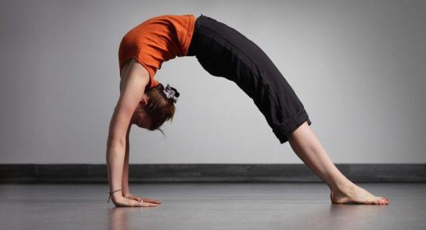 Выполняя упражнения, можно предотвратить появление хруста позвонков и болей в спине