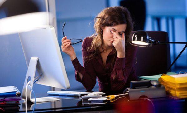 Долгая работа за компьютером без разминки чревата искривлением позвоночника