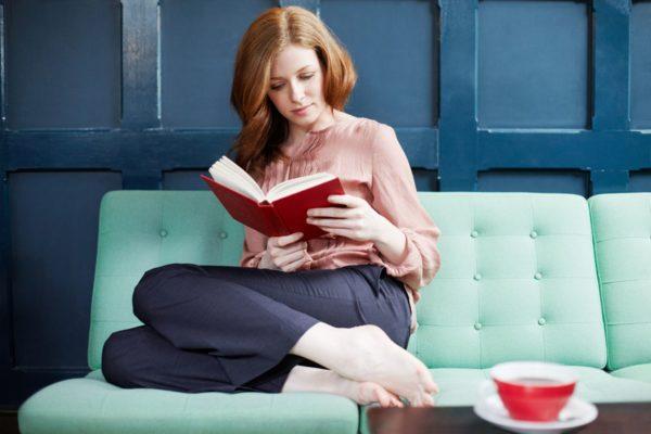 И даже для чтения стоит выбирать правильное положение, чтобы не испортить осанку