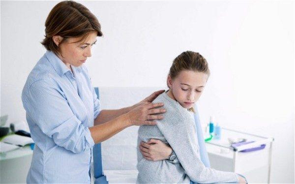 Какой врач лечит сколиоз