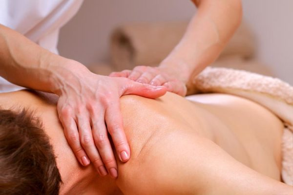 Часто к массажистам обращаются с целью снятия болевых ощущений в спине