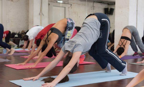 Расслабить мышцы можно, выполняя простые упражнения