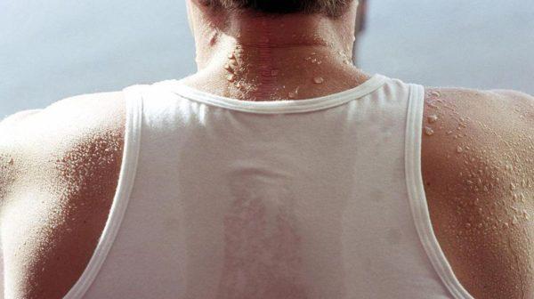 Одной из причин появления фурункулов на спине является повышенная потливость тела