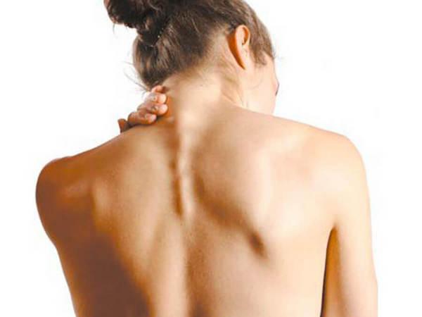 Шум в ушах при остеохондрозе возникает потому, что из-за деформации деньги может сдавиться симпатический нерв