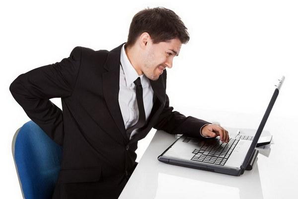 Основной причиной искривленной осанки является долгое нахождение в сидячем положении, например, перед экраном монитора