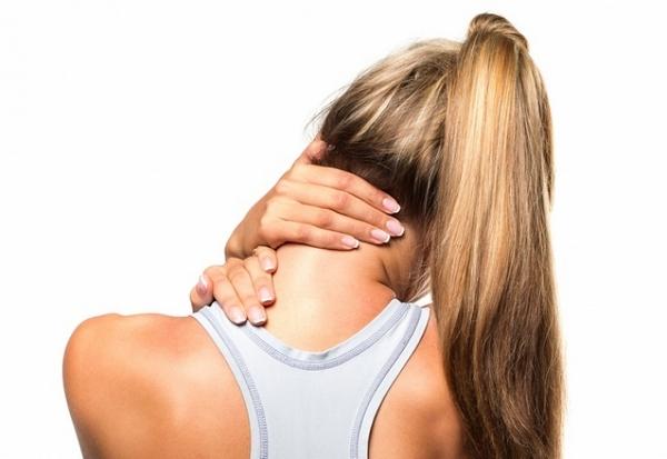 При наличии перелома остистого отростка в шее больной испытывает сильный дискомфорт, страдает от малоподвижности шеи