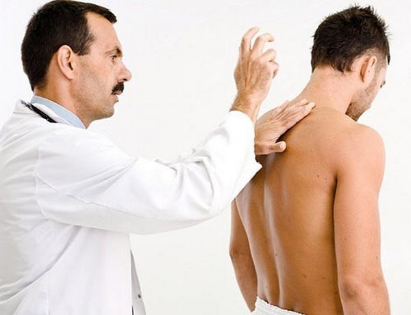 Для определения состояния остистых отростков позвоночника врач может провести пальпацию