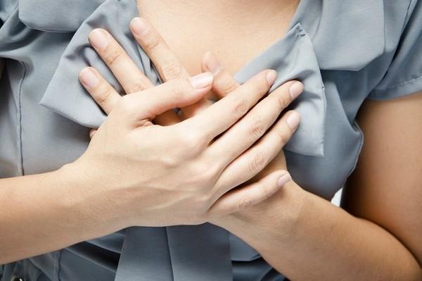 Нередко симптомы невралгии грудного отдела путают с проявлениями болезней сердца