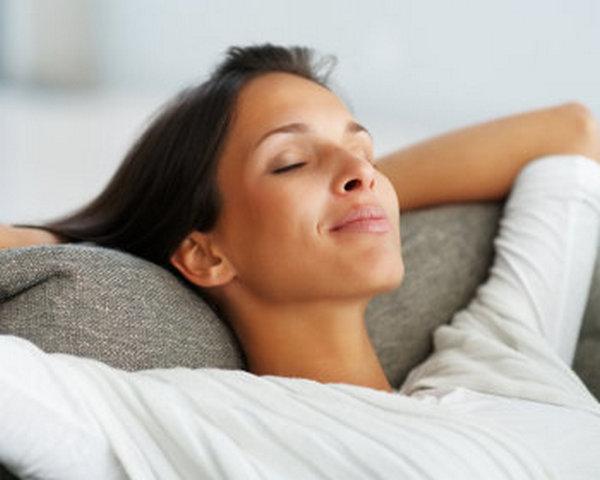 Чтобы восстановить осанку, для начала важно уметь расслабляться, а затем – выполнять легкие физические упражнения