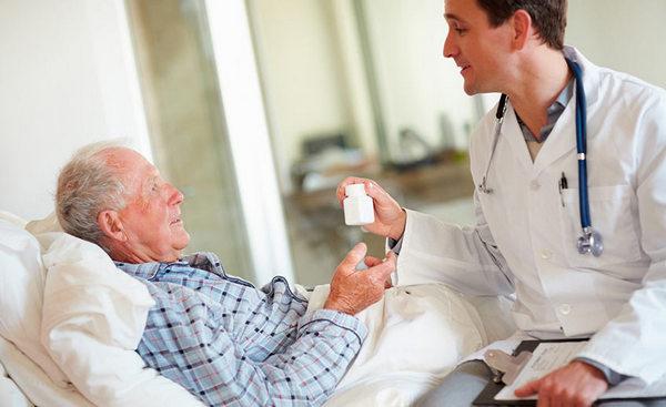 За больным дерматомиозитом необходим постоянный уход и контроль