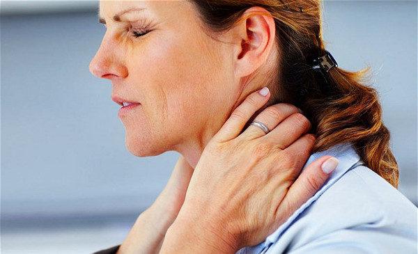 Одним из характерных симптомов шейного остеохондроза является тупая боль в шее