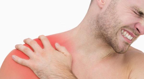 Заболевание проявляется внезапной острой болью в плече