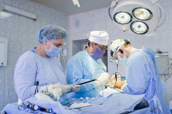 Оперативное вмешательство показано лишь в самых тяжелых случаях поражения позвоночника