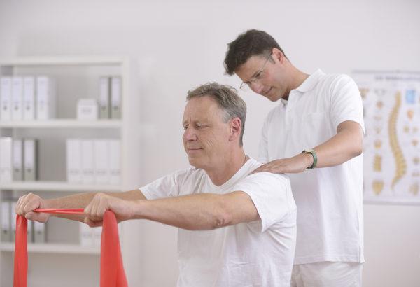 Врач ЛФК подберет оптимальный курс упражнений для лечения сколиоза