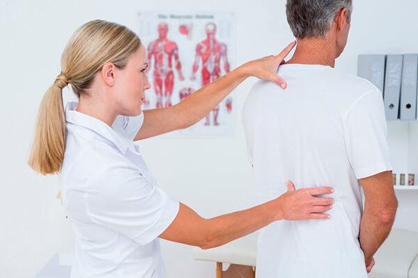 Для устранения плоской спины обязательна консультация невролога