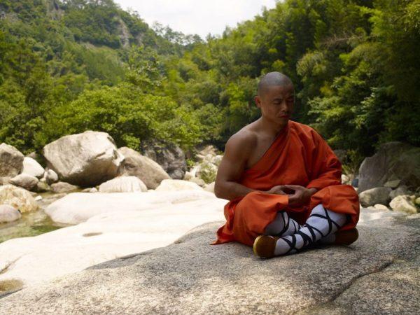 Известно, что буддисты никогда не горбят спину и не сутулятся