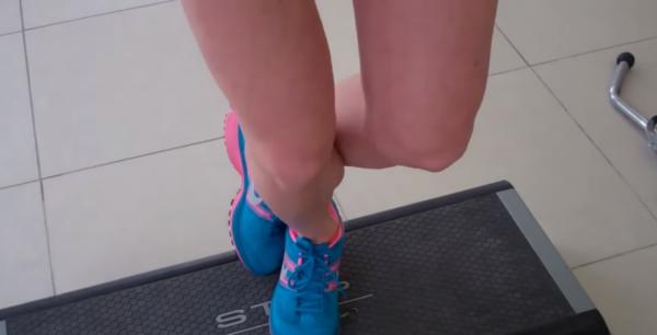 Согнутые ноги медленно ставьте на скамейку, чтобы завершить упражнение