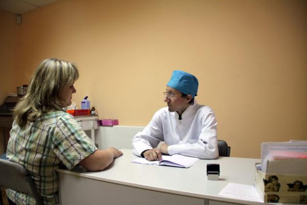 Хирурги также консультируют пациентов со сколиозом