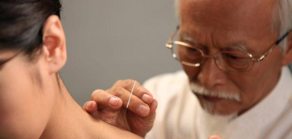 На протяжении столетий многие поколения китайских врачей опытным путем накапливали, систематизировали и передавали своим ученикам драгоценные знания о воздействии на конкретные точки на теле пациента для лечения самых разных заболеваний
